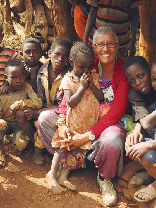 """""""דווקא בהיותנו בארץ אחרת, חשנו חיבור מיוחד וחזק עם זהותנו"""". אילנה לוי באתיופיה צילום: Emilio Argiz Vázquez"""