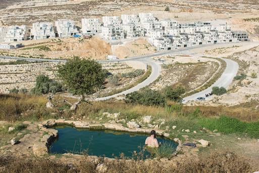 הסכנה מתגמדת נוכח התחושה המטהרת של טבילה טבעית. מעיין ליד גבעת זאב צילום: יונתן זינדל, פלאש 90