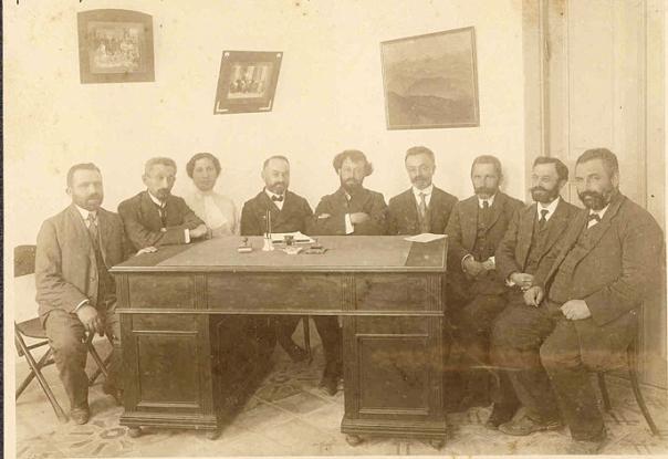ממנהיגות המהפכה. שרה עזריהו (שלישית משמאל) בישיבת הוועד המפקח של בית הספר לבנות בנווה צדק, 1913