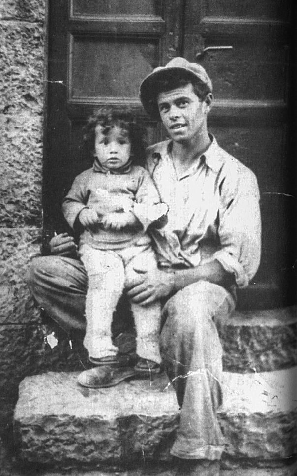 """אלירז הפעוט עם אביו, 1938 צילום מתוך הספר """"מה היה אחר כך"""""""