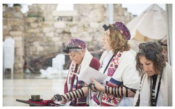 הרבנים עומדים כחומה בצורה מולן. נשות הכותל, 2016 צילום: הדס פרוש, פלאש 90