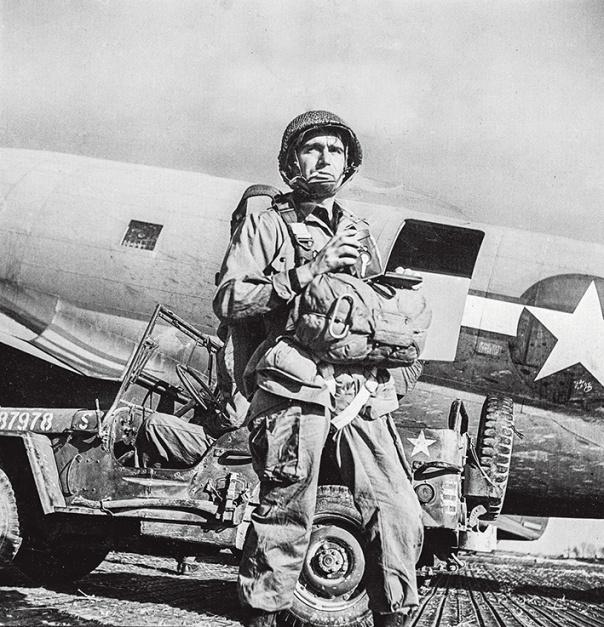 דיבר על עלייה לישראל. הצלם רוברט קפה לבוש כטייס, 1945 צילום: גטי אימג'ס