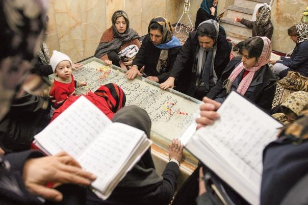 עיר משלימה לירושלים. יהודים מתפללים בקבר דניאל הנביא בשושן, איראן 2008 צילום: אי.פי