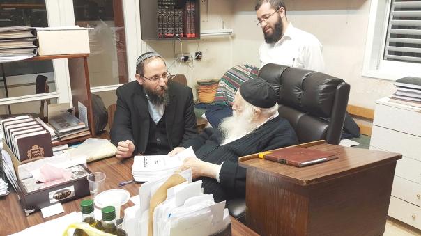 חיבור של זוויות שונות בעולמה של ההלכה. הרב יוסף צבי רימון (משמאל) עם הרב חיים קנייבסקי
