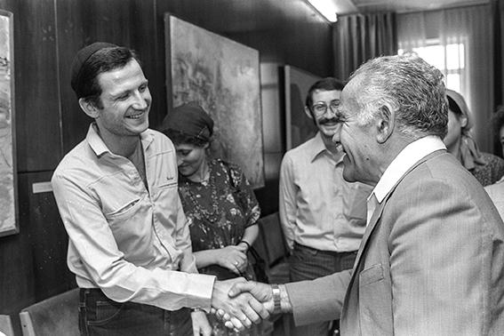 """אדלשטיין לאחר שחרורו, בפגישה עם ראש הממשלה יצחק שמיר, 1987 צילומים: מגי אוחיון, לע""""מ; אבי אוחיון, לע""""מ"""