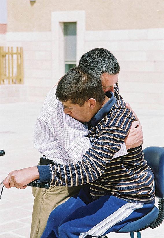 """דורון אלמוג יחד עם בנו ערן, 2006 צילום: באדיבות עמותת """"עלה"""""""
