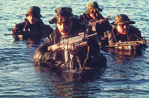 """יודעים להילחם בכל זירה, בכל מקום. לוחמי """"אריות הים"""" באימון, 1986"""