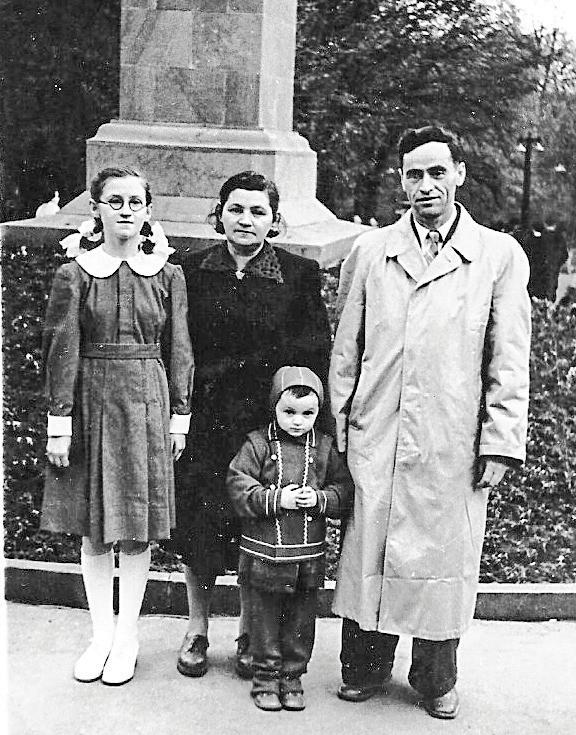 בלה שייר (הילדה בחזית התמונה) עם אחותה והוריה, בפארק בצ'רנוביץ