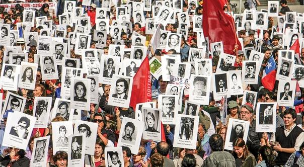 נאבקים בנזקי המשטר הדיקטטורי. הפגנה לזכר הנעלמים והנספים בהפיכה הצבאית שהתחוללה ב–1973, צ'ילה 2013 צילום: גטי אימג'ס 