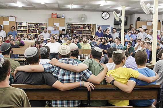 """""""מותר לבכות, מותר להיות חלש"""". תלמידי ישיבת מקור חיים באירוע תפילה להשבת הנערים החטופים, 2014 צילום: גרשון אלינסון, פלאש 90"""