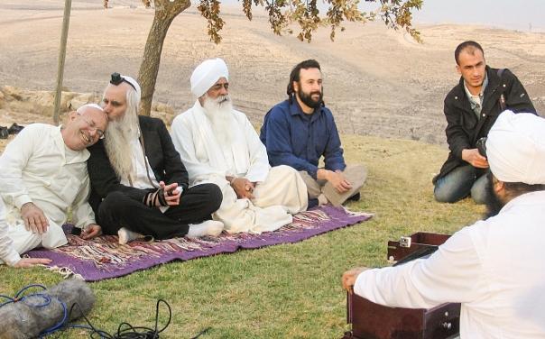 זה מה שצדיק נותן לך – קלילות. הרב פרומן בתפילה בין–דתית משותפת, 2005 צילום: מרים צחי