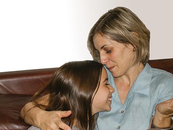 צילה חיון עם בתה חמוטל, חודשים ספורים לאחר הפיגוע, 2004 צילומים: באדיבות המשפחה, יוסי זמיר