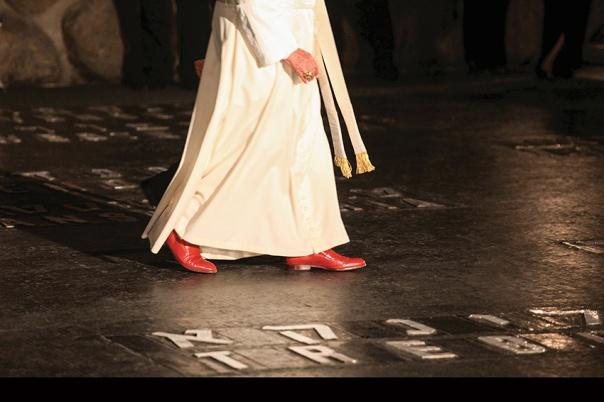 """כינה את היהודים """"הורינו"""". האפיפיור בנדיקטוס ה–16 בביקורו בארץ, יד ושם, 2009 צילום: יוסי זמיר, פלאש 90"""