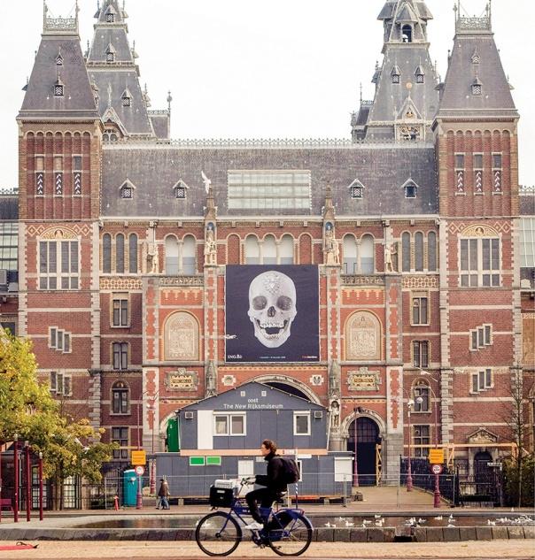 גופו של האמן בעולם הזה, אך תודעתו צומחת באפילת עולם נסתר. בניין הרייקסמיוזאום באמסטרדם צילום: אי.פי.אי