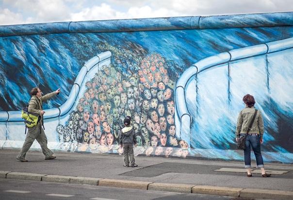 סוכנים צעירים ריגלו אחר הוריהם. חומת ברלין, 2011 צילום: ullstein bild via Getty Images