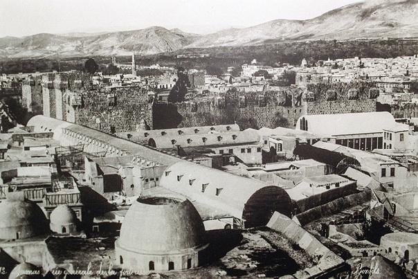 """המקורות הערבים בדו כי הרמב""""ם קנה בית בדמשק וזייף את תאריך הקנייה. דמשק, 1900 צילום: אי.אפ.פי"""