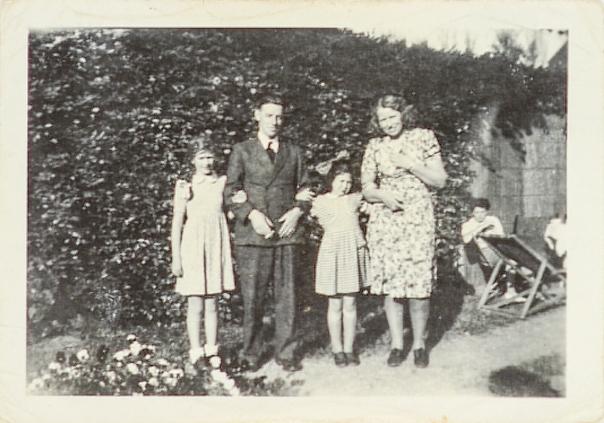 משפחת חרוננדייק עם דוט, 1946 צילום: מוזיאון בית לוחמי הגטאות – ארכיון התצלומים