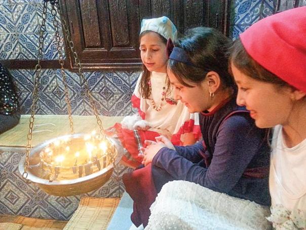 """בתוך בית הכנסת נרות רבים דלוקים. הילולת ל""""ג בעומר המסורתית בג'רבה.  צילום: חרות שטרית"""