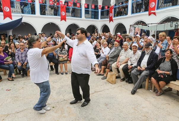 יהודים מקהילת ג'רבה חוגגים את סיום חג הפסח צילום: אי.פי. איי.