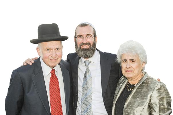 """לא היה קשר בין מתינותו המדינית ובין """"עמדות שמאל"""". הרב אהרן וטובה ליכטנשטיין עם בנם, כותב המאמר, הרב מאיר ליכטנשטיין, תש""""ע צילום: באדיבות המשפחה"""
