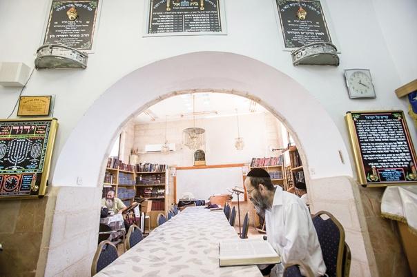 לדעת שלום הקבלה מְחַיה, וההלכה מחניקה. ישיבת המקובלים בית אל בירושלים. למצולמים אין קשר לכתבה צילום: יונתן זינדל, פלאש 90