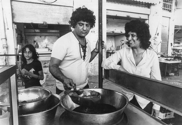 """""""שכונה מלאה בילדים ובשמחה"""". אהובה עוזרי בכרם התימנים, 1980 צילום: שמואל רחמני"""