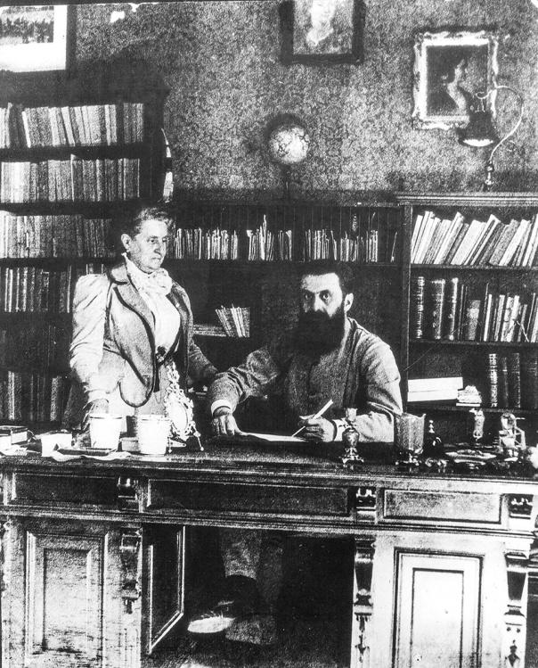 """טיפחה את כתיבתו מגיל צעיר. תאודור הרצל עם אמו ז'אנט, 1903 צילום: לע""""מ"""