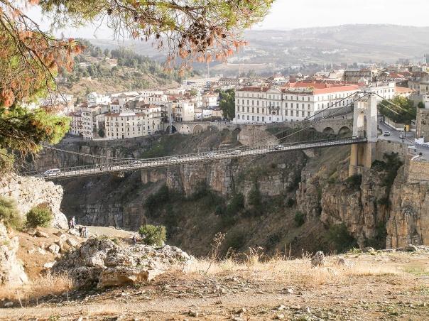 שילוב העולמות כגשר בין הרים וגאיות. קונסטנטין, אלג'יריה.  צילום: Yellès Arif