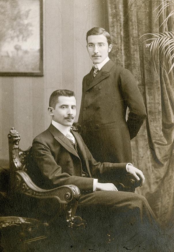 חש שמשהו נורא עומד לקרות ליהודים. שטפן צוויג (עומד) עם אחיו אלפרד, וינה 1900