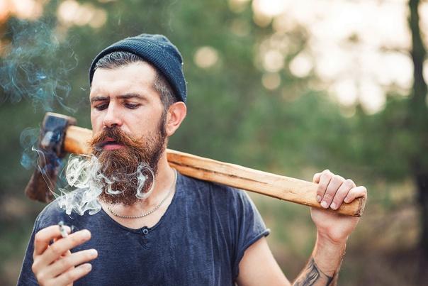 הגיבור הנואש מתנסה בכריתת עצים צילום: שאטרסטוק