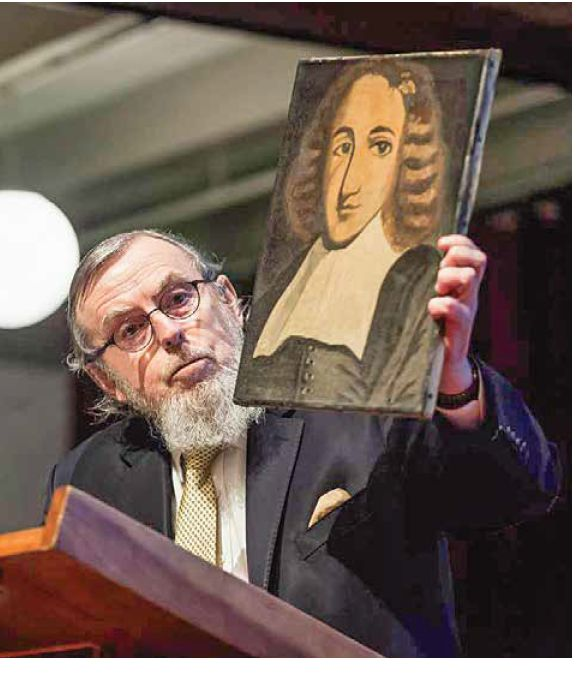 משפט חוזר. הרב קרדוזו מחזיק תמונה של שפינוזה בכנס באוניברסיטת אמסטרדם צילום: Claudia Kamergorodski