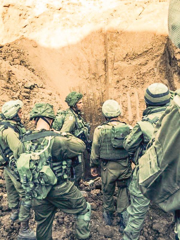 """המטרה היא למנוע חטיפה. חיילי צה""""ל ליד מנהרה שנחשפה במהלך מבצע """"צוק איתן"""", 2014 צילום: דובר צה""""ל"""