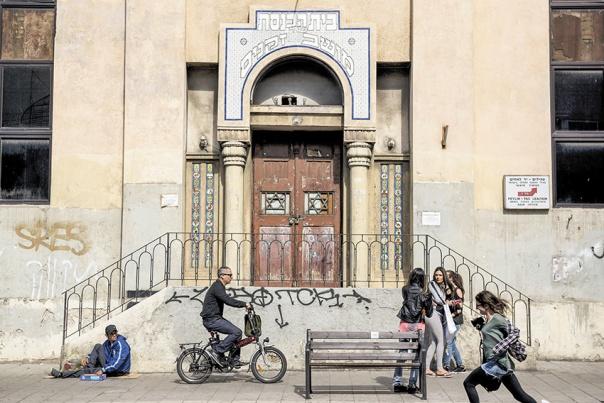 החילוניות והדת שלובות זו בזו. בית כנסת בתל אביב, 2015 צילום: דניאלה שטרית, פלאש 90