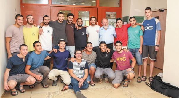 צילום: חן גלילי הרב אלי סדן עם תלמידי המכינה בעלי, השבוע