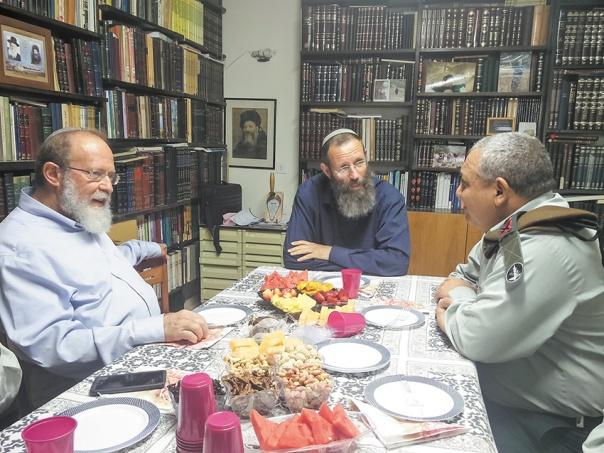 """הרמטכ''ל איזנקוט (מימין) עם הרבנים לוינשטיין וסדן במכינה בעלי, מאי 2016 צילום: מכינת """"בני דוד"""""""
