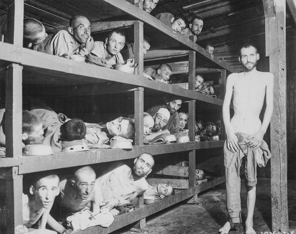 לא להפוך את השואה לחולין. יום שחרור מחנה הריכוז בוכנוואלד. אלי ויזל בשורה השנייה מלמטה, שביעי משמאל