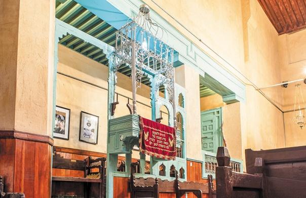 """מהתקרה משתלשלים """"נרות תמיד"""". בית הכנסת אבן דנאן בפאס, מרוקו צילום: שאטרסטוק"""