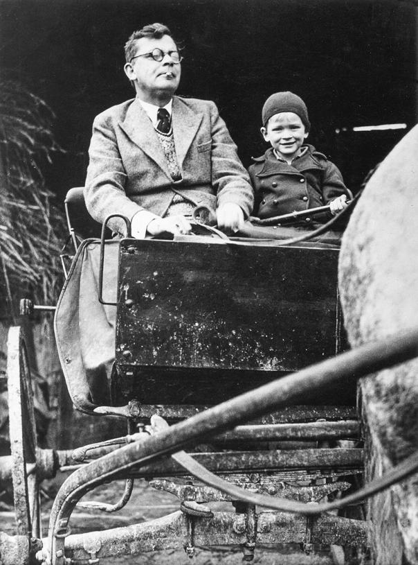 סיפורו של עגלון שנסע מברלין לפריז ובחזרה. הנס פלאדה עם בנו, 1934 צילום: ullstein bild/ גטי אימג'ס