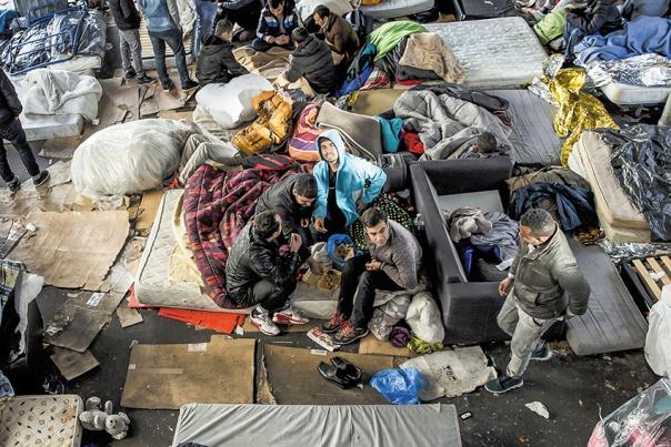 המערב לא צריך להיות האחראי הבלעדי. מהגרים בפריז, 2016 צילום: אי. פי. איי