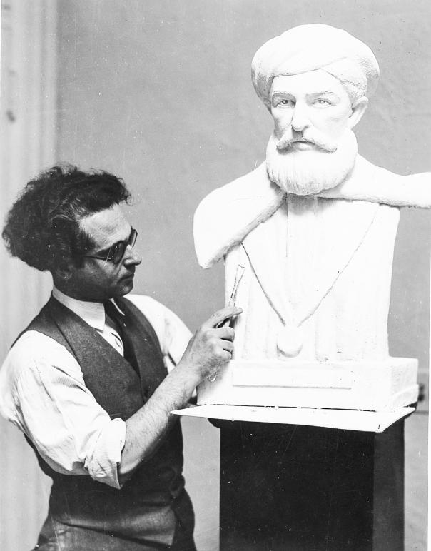 """לדידו אין הבדל מולד בין יהודי לגוי. פסל הרמב""""ם במהלך עבודה של הפסל ג'וזף הובל, 1936"""