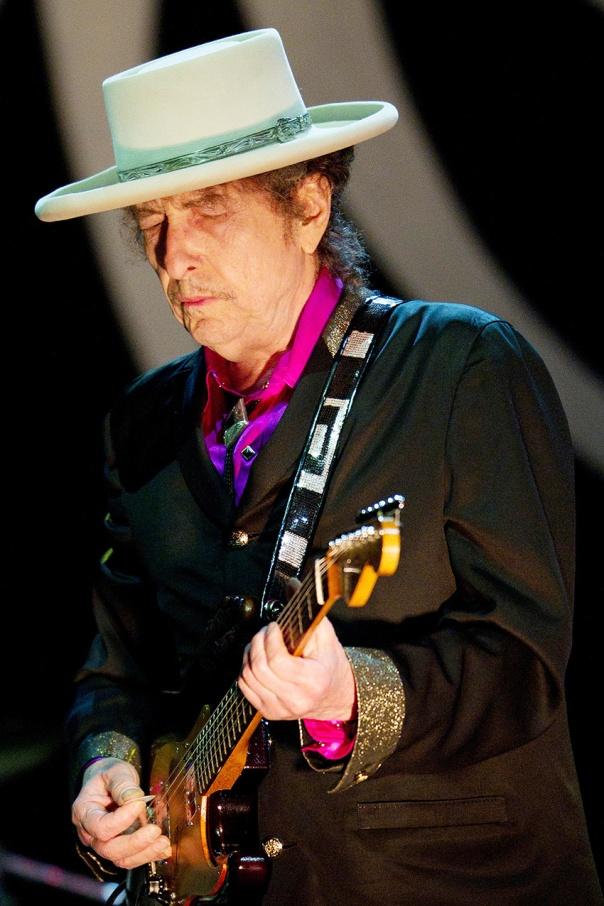 הטרובדור בעל אלף הכובעים. בוב דילן בהופעה, 2011 צילום: אי. פי. איי
