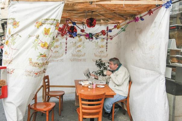 האדם אינו נתבע לפעולה כלשהי, המצווה היא בעצם הישיבה בסוכה. סוכות בירושלים, 2008 צילום: אנה קפלן, פלאש 90