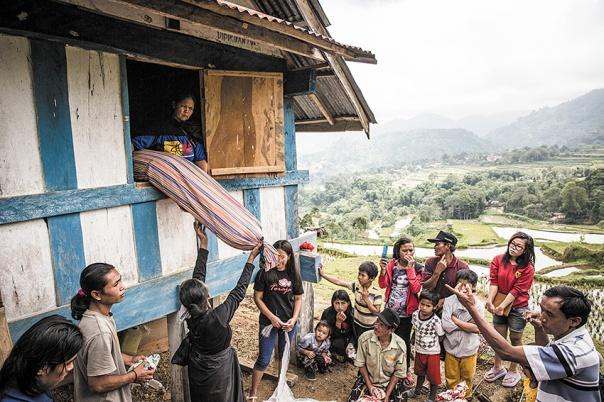 מסרבים להרפות מהמת. טקס קבורה של משפחה מבני הטורג'ה, אינדונזיה, 2014 צילום: גטי אימג'ס