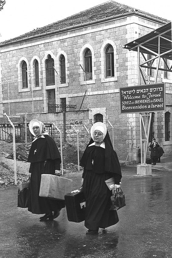 """לא רק מעבר פיזי בין מערב העיר ומזרחה. מעבר מנדלבאום, 1964 צילום: פריץ כהן, לע""""מ"""