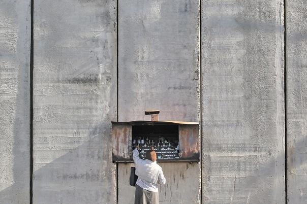 מנחמת את הגולים העוברים ליד קברה. קבר רחל, 2011 צילום: נתי שוחט, פלאש 90