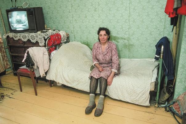 """ """"בדירות הקומונליות היו ריבים, דוחק, תורים אינסופיים, כביסות, אכזבות"""".  ברית המועצות, 1990  צילום: גטי אימג'ס"""