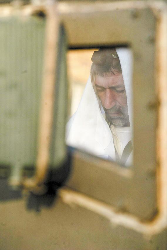 הרבנות הצבאית אינה מעורבת בשיקולי יציאה למלחמה. חייל מתפלל בגבול לבנון, 2006 צילום: חיים אזולאי, פלאש 90