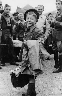 """המזוודה מסמנת את היעד ואת הייעוד. ישראל מאיר לאו בן ה–8 עוזב את מחנה הריכוז בוכנוולד, 1945 צילום: מתוך """"אל תשלח ידך אל הנער"""", הוצאת ידיעות ספרים, 2005"""