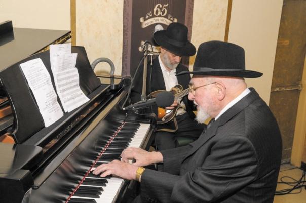 מנגן בפסנתר בוועידת  מודז'יץ בניו יורק צילום: בחרדי חרדים