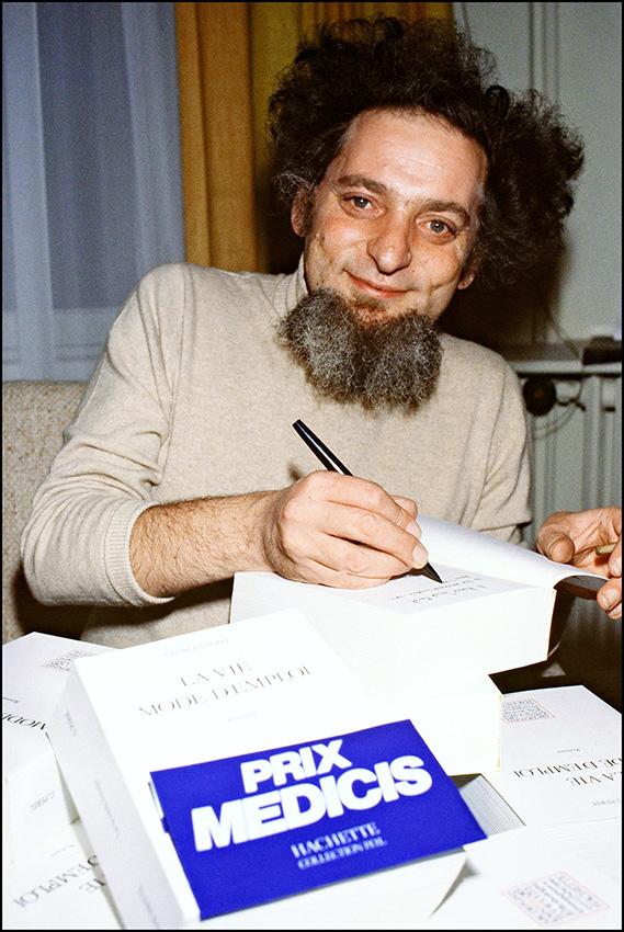 """אסטרונומים קראו על שמו כוכב לכת חדש שמצאו. ז'ורז' פרק חותם על ספרו """"החיים, הוראות שימוש"""", פריז 1978 צילום: אי.אפ.פי"""